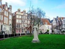 Begijnhof, os pátios internos os mais velhos e marco popular com construções flamengas tradicionais famosas, Amsterdão, Holanda,  foto de stock royalty free