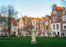 Begijnhof, oudste binnenbinnenplaatsen en populair oriëntatiepunt met beroemde traditionele Vlaamse gebouwen, Amsterdam, Holland, stock foto