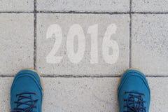 Begin aan nieuw jaar 2016 - hoogste mening van de mens die op de weg lopen Stock Fotografie