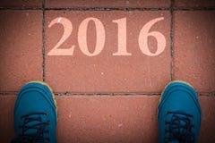 Begin aan nieuw jaar 2016 - hoogste mening van de mens die op de weg lopen Stock Afbeeldingen