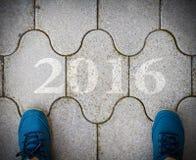 Begin aan nieuw jaar 2016 - hoogste mening van de mens die op de weg lopen Royalty-vrije Stock Afbeeldingen
