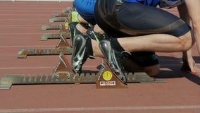 Begin aan sprint de atleten van 100 metersmensen, de agenten van close-upvoeten stock video