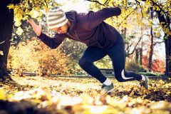 Begin in aard in werking die wordt gesteld die Jonge mensenoefening buiten Stock Fotografie