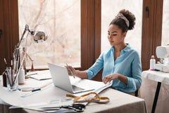 Begin te creëren Stilist die met laptop in ontwerpstudio werken royalty-vrije stock foto