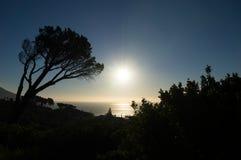 Begin van Afrikaanse zonsondergang over de oceaan met blauwe hemel royalty-vrije stock fotografie