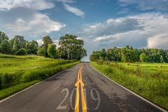 Begin van 2019, concept de aanvang van de weg aan een nieuw jaar stock afbeelding