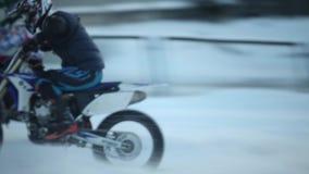 Begin van de motocross van de raswinter stock videobeelden