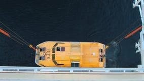 Begin van het opheffen van besparingsboot van cruisevoering Geiranger, Stranda, Noorwegen stock videobeelden