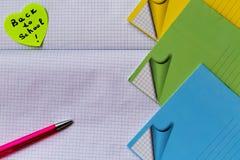 Begin van school, achtergrond met pen, notitieboekjes Stock Foto's