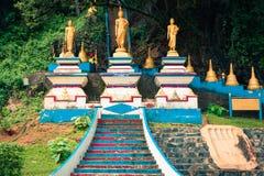 Begin van treden tot de bovenkant van Tiger Cave Temple stap 1237 aan aan Royalty-vrije Stock Foto's