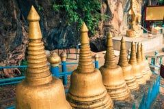 Begin van treden tot de bovenkant van Tiger Cave Temple stap 1237 aan aan Stock Afbeelding