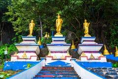 Begin van treden tot de bovenkant van Tiger Cave Temple stap 1237 aan aan Stock Fotografie