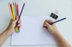 Beginnc$skizzieren des Mannes in einem Skizzenbuch Lizenzfreie Stockfotos