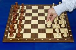Beginnen des Schachspiels Stockbilder