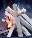 Beginnen eines Feuers stockfoto