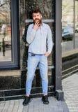 Beginnen neuer Tag mit L?cheln Reifer Hippie mit Bart Bärtige Mannstellung auf Straße moderne männliche Mode gl?cklich lizenzfreie stockbilder