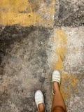 Beginnen Sie den Morgen Schritt nach vorn, welches die Zukunft von unseren zwei Füßen abhängt lizenzfreie stockfotografie