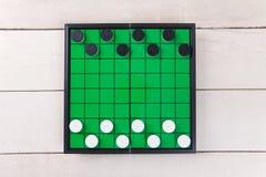 Beginnen Sie Kontrolleurspiel auf grüner Brettansicht von oben genanntem auf Tabelle Lizenzfreies Stockbild