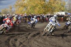 Beginnen Sie Motocross, eine Gruppe des Motorradlaufens Stockfoto
