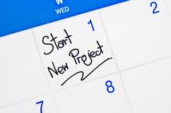 Beginnen Sie neues Projekt auf Kalender Stockfotos