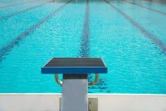Beginnen Sie oben Block mit Weg des Wassers im blauen Swimmingpool Lizenzfreie Stockbilder