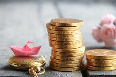 Beginnen Sie oben Geschäftskonzept Stapel von goldenen Münzen und von Papierboot Lizenzfreies Stockfoto