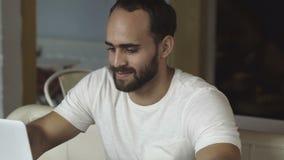 Beginnen Sie oben Hübscher Geschäftsmann, der an der Laptop-Computer arbeitet stock video