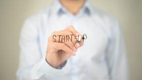 Beginnen Sie oben, Mann-Schreiben auf transparentem Schirm Lizenzfreie Stockfotografie