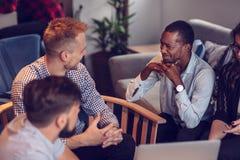 Beginnen Sie oben Team Of Freelancers In The-Büro-Planung lizenzfreies stockfoto