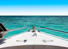Beginnen Sie Reise zum Seekonzept, zur Ansicht des Schnellboots bewegend mit Meerblick und zum klaren Himmel im Hintergrund stockfoto