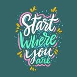Beginnen Sie, wo Sie sind Hand gezeichnete Vektorbeschriftung Inspirierend Motivzitat stock abbildung