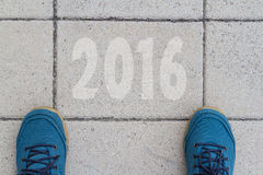 Beginnen Sie zu neuem Jahr 2016 - die Draufsicht des Mannes gehend auf die Straße Stockfotografie