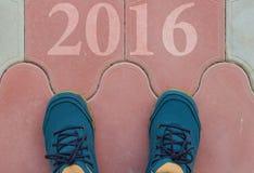 Beginnen Sie zu neuem Jahr 2016 - die Draufsicht des Mannes gehend auf die Straße Lizenzfreies Stockfoto