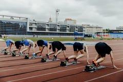 Beginnende lijn mannelijke sprinters bij 100 meters het lopen Royalty-vrije Stock Afbeelding
