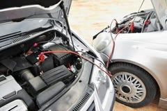 Beginnende motor van een auto met de kabels van de batterijverbindingsdraad Royalty-vrije Stock Afbeeldingen