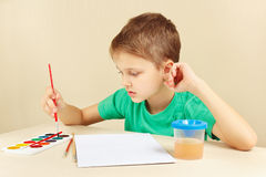 Beginner artist in green shirt going to paint watercolors Royalty Free Stock Photos