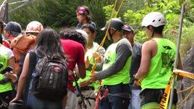 Beginner Bergbeklimmingsenthousiast tijdens Concurrentie stock video