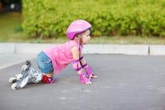Beginner in rolschaatsen stock afbeeldingen