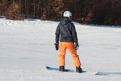 Beginner snowboarder in een zonnige dag Royalty-vrije Stock Afbeeldingen