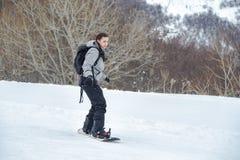 Beginner snowboarder uczy się zadek pozycję obraz stock