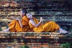 Beginnermonnik Depicting een Godsdienstig Geloof in een Tempel in Thailand stock foto