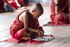 Beginners bij het Klooster van Shwe Yan Phe Stock Afbeelding