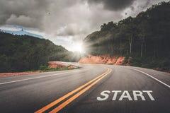 BEGINpunt op de weg van zaken of uw het levenssucces Het begin aan overwinning stock afbeelding