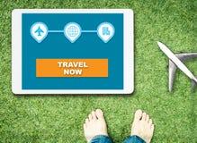 Beginreis nu op tablet met voeten en vliegtuig Royalty-vrije Stock Fotografie