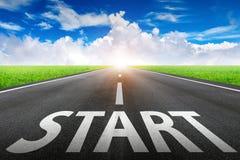 Begintekst op lange weg Een lange rechte weg en een blauwe hemel royalty-vrije stock foto