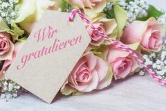 ` Beglückwünschen wir `, rosa Rosen stockbilder
