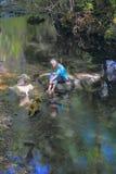 Begleiter in The Creek Stockfotos