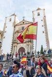 Begleiter mit Flaggen von Spanien zur Sitzung von Vox, spanische Partei des Rechtsextremismus, mit seinem F?hrer Santiago Abascal lizenzfreie stockfotos