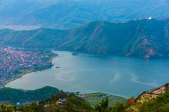 Begnas Tal, Νεπάλ με το Annapurna Ιμαλάια ορατό στο υπόβαθρο Στοκ φωτογραφία με δικαίωμα ελεύθερης χρήσης