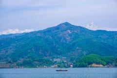 Begnas Tal, Nepal med Annapurnaen Himalaya som är synlig i bakgrunden arkivbilder